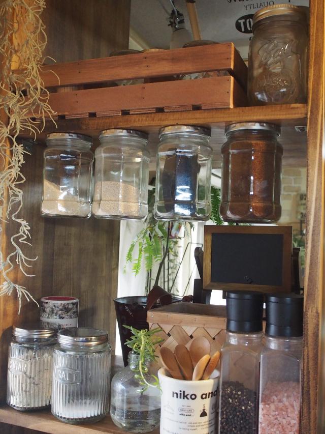 調味料を宙に浮かしてデッドスペースを活用するキッチンの収納DIY_5