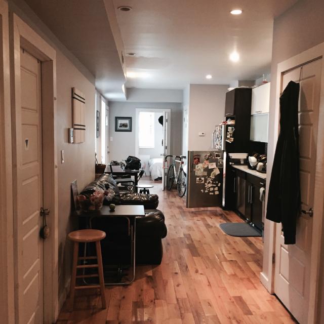 アメリカのニューヨーク・ブルックリンでルームシェアをしてパーティやDJを楽しむ暮らしのリビング
