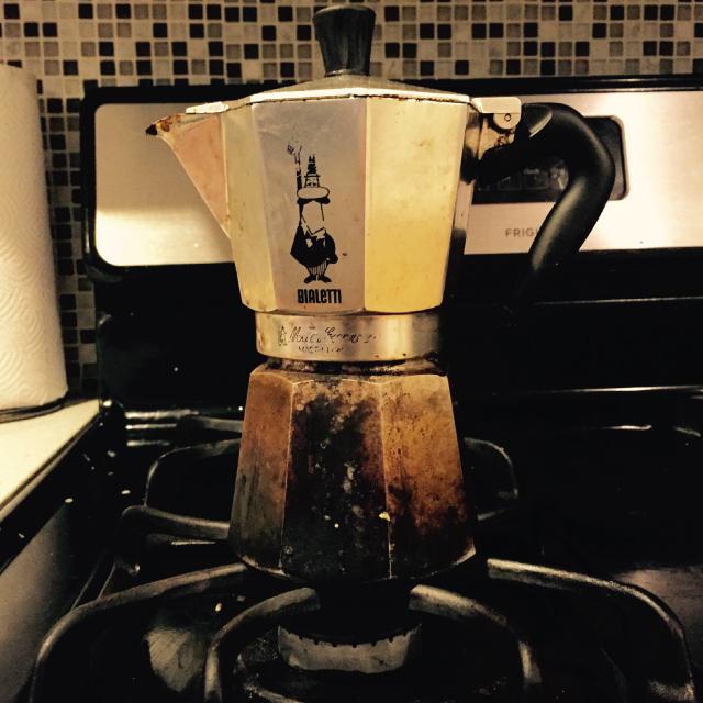 アメリカのニューヨークでルームシェアをしてパーティやDJを楽しむ暮らしのBialetti Express Stovetop Espressoのコーヒーマシーン