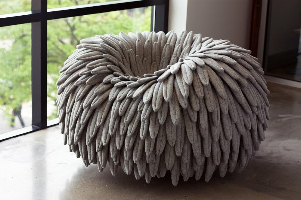 今年5月にニューヨークで開催された北米最大級の家具見本市「ICFF 2016」で発表された1人用ソファ「NARL CHAIR」は、無数の鳥の羽のようなもので構成され、座った姿は草原の上で休憩するダチョウのよう_<br>1