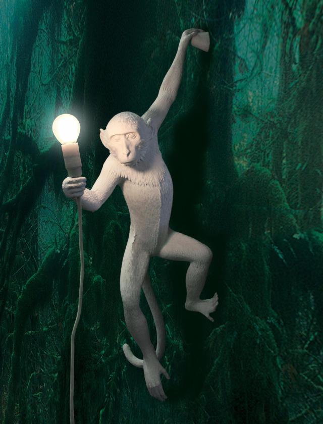 イタリアで生まれのMarcantonio Raimondi Malerbaさんがつくった暗い森の中でもしサルがライトを見つけたらこうぶら下がるのかも、と妄想が広がる照明