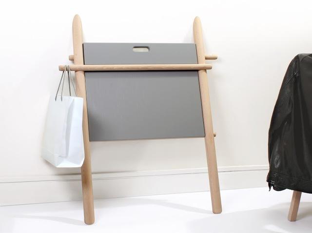 遊び心と実用性を兼ね備えるフランスのデザイナー集団enostudioによる脚が2本の折りたたみデスク_1
