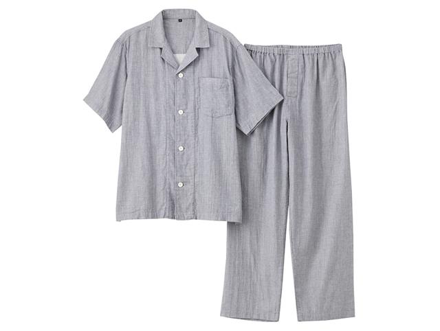 平織りで柔らかいガーゼ素材でできていて脇に縫い目がないので肌に当たる感じもなく、ノンストレスで優しく包み込んでくれるような無印良品のパジャマ