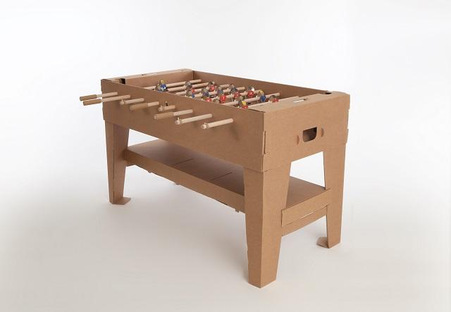 ドイツのブランド「kickpack(キックパック)」によるダンボール製のテーブルサッカーゲーム、カルトーニ2.0は、軽くて折り畳めるのが便利だしホームパーティーでも活躍間違い無し_1