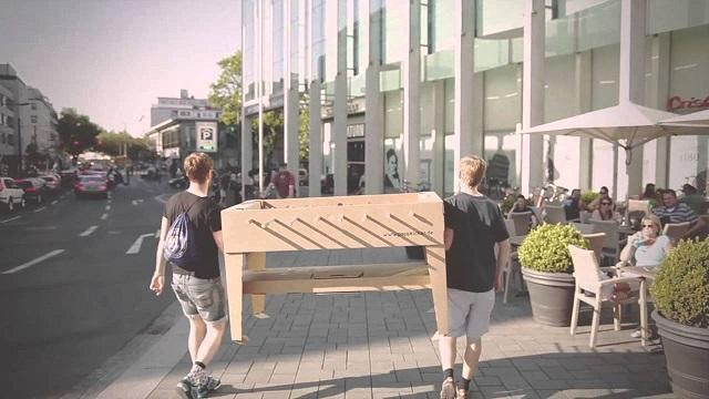 ドイツのブランド「kickpack(キックパック)」によるダンボール製のテーブルサッカーゲームは、軽くて折り畳めるのが便利だしホームパーティーでも活躍間違い無し_2