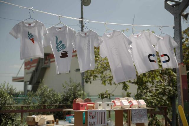 have some funのデザイナー生み出したTie-shirtsは、ふたりで並んだ時にそのコンセプトが分かるようになっている、ちょっと変わったかわいい親子用のペアルックです_7