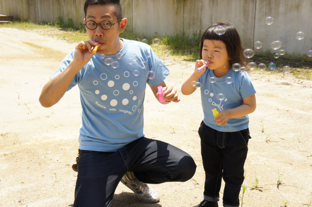 have some funのデザイナー生み出したTie-shirtsは、ふたりで並んだ時にそのコンセプトが分かるようになっている、ちょっと変わったかわいい親子用のペアルックです_5