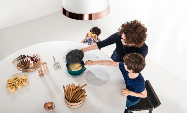 イノベーティブなイタリアン家具ブランドLAGOのみんなで集まって台所を囲むおもしろいテーブル