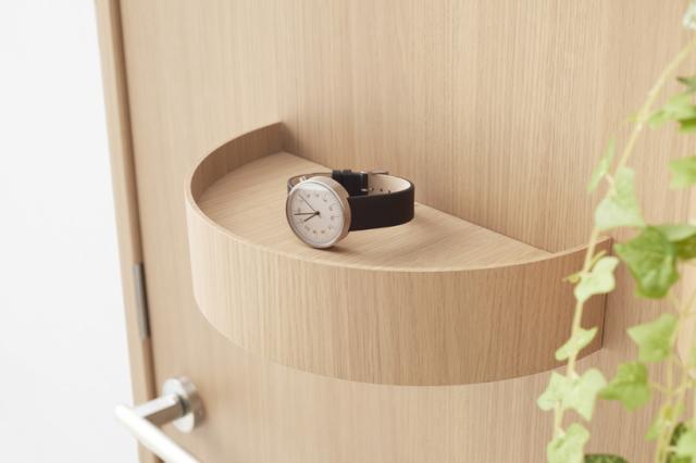 デザイン会社nendoが阿部興業の70周年を記念して制作した便利で小物が置けるドア