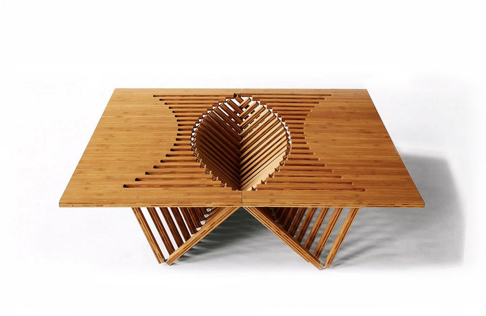 ものすごくインパクトのあるギミックテーブルは、まるでトランスフォーマー