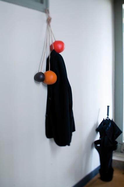 遊び心と実用性を兼ね備えるフランスのデザイナー集団enostudioによるボールみたいなコート掛け
