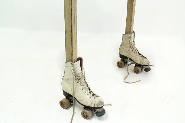 イタリア生まれのMarcantonio Raimondi Malerbaさんがつくったスケートをはいた机_2