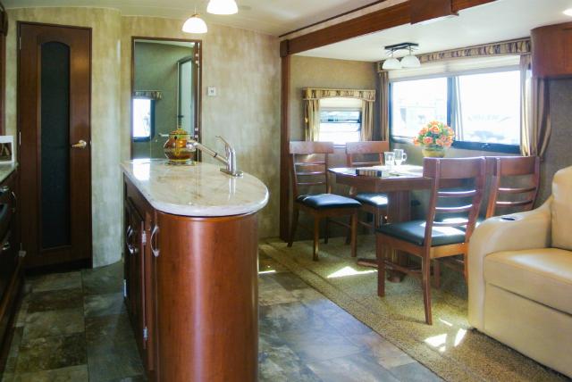 アメリカで、トイレ・バス完備のキャンピングカーであるトレーラーの購入方法と楽しみ方_1