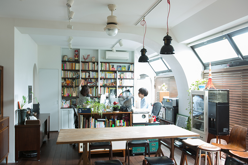 ラストレーターの伊藤和人さんとシラキハラメグミさんによるイラストレーションユニット「seesaw.」がアンティークでモダンにリノベーションした素敵なマンション_17