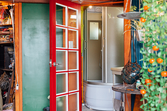 杉並区で、思い出を引き継ぐアートで秘密基地のようなセルフリノベーションのイタリア製のバスルーム