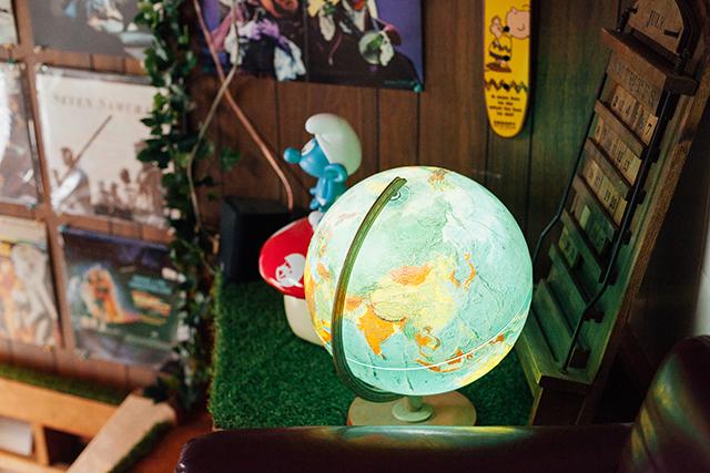 杉並区で、思い出を引き継ぐアートで秘密基地のようなセルフリノベーションの地球儀型のおもしろい照明