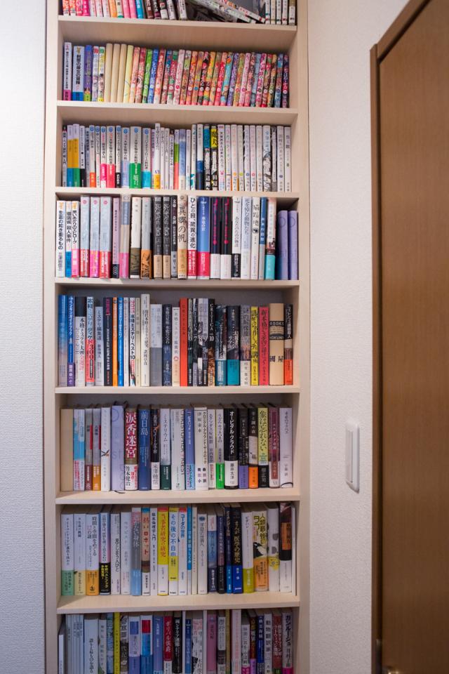 三軒茶屋で家賃9万の23平米ワンルームの家に1000冊の本と一緒に暮らすDIY好き男性の部屋の本棚はカスタマイズされている2