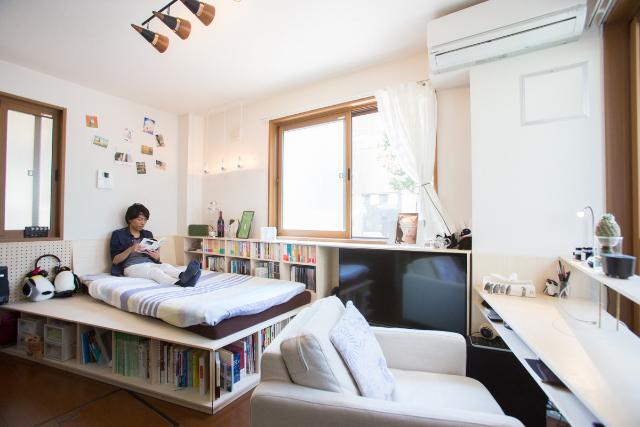 三軒茶屋で家賃9万の23平米ワンルームの家に1000冊の本と一緒に暮らすDIY好き男性の部屋のベッド