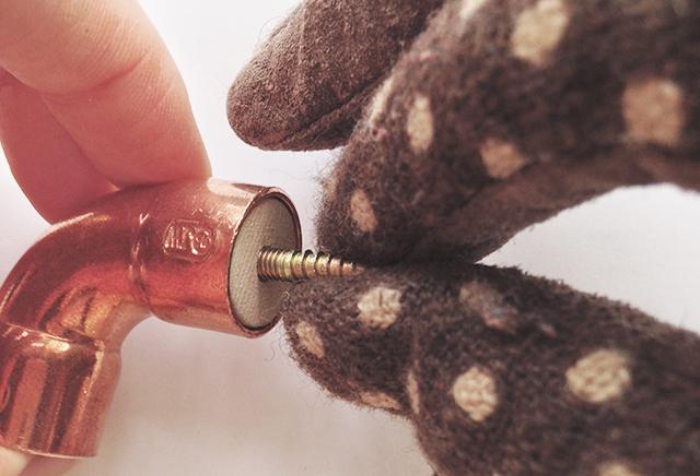 近流行りのインダストリアルなインテリアの中でも特に清潔感ある銅素材をつかった誰でも簡単につくれるDIYフックはキッチンにピッタリ2