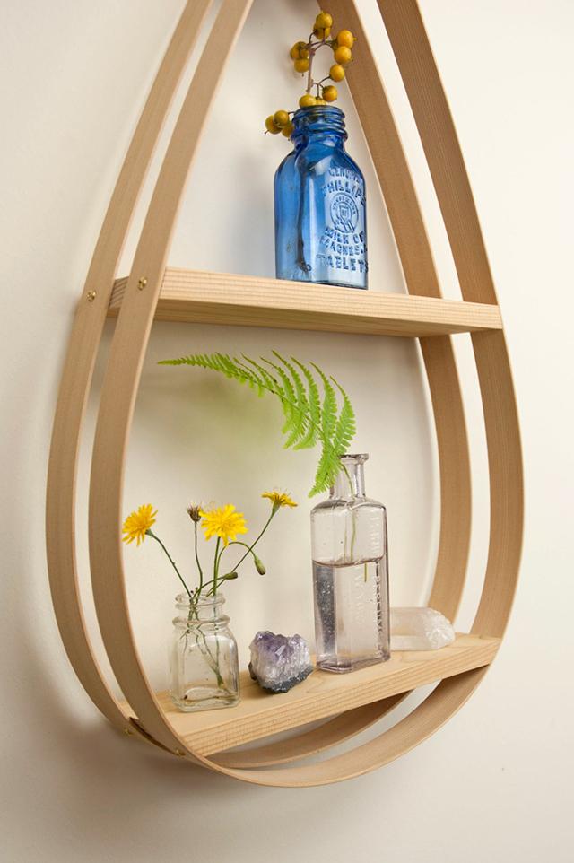 棚と言われると、四角を思い浮かべる方が多いと思いますが、こんな形状の棚もあるんです。ミッドセンチュリーの家具のような曲線的なフォルムが魅力のMid-Century Teardrop Shelfをご紹介します4