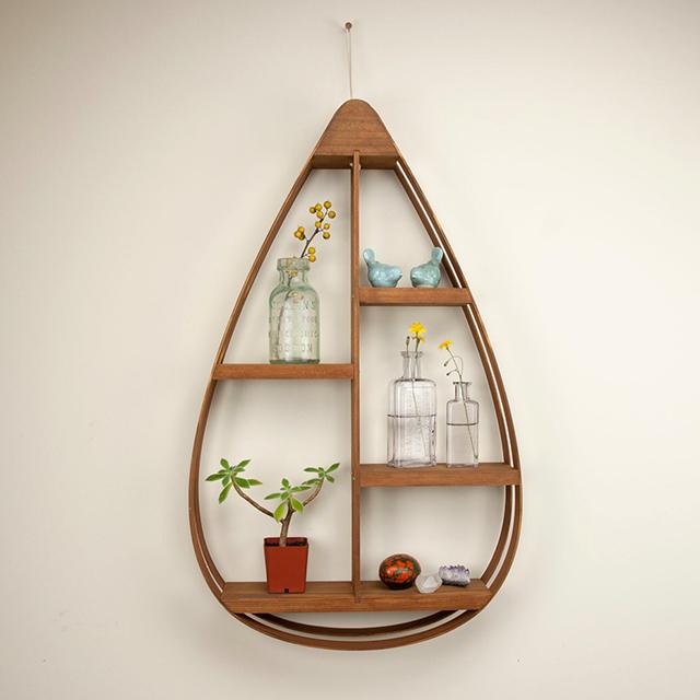 棚と言われると、四角を思い浮かべる方が多いと思いますが、こんな形状の棚もあるんです。ミッドセンチュリーの家具のような曲線的なフォルムが魅力のMid-Century Teardrop Shelfをご紹介します3