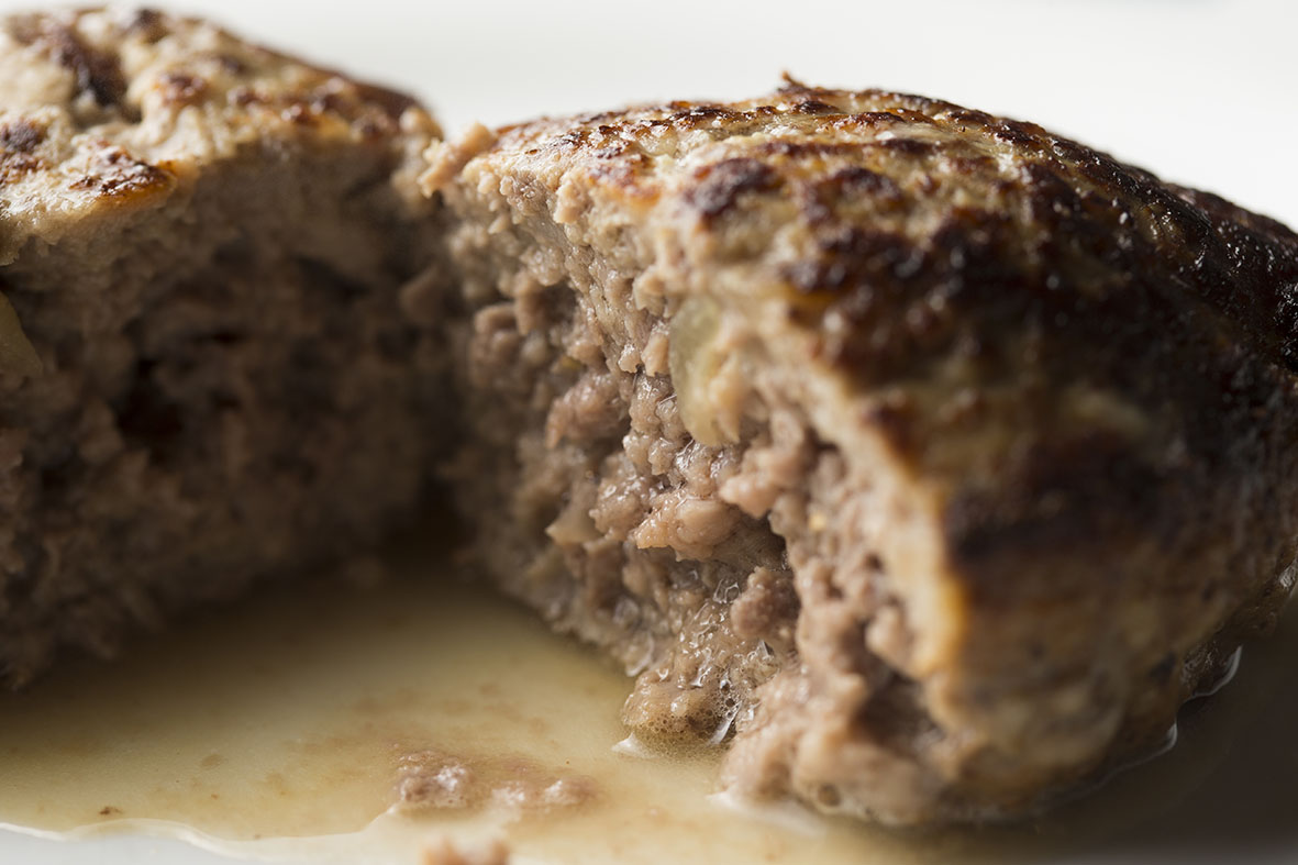 3つのポイントを押さえれば、ご家庭のハンバーグを「肉汁ジュワー」にすることができますよ。レシピは、京橋にある老舗の洋食店「レストラン サカキ」の榊原大輔シェフによるものです。簡単そうに見えて奥が深いハンバーグ。もっと美味しくつくりたい方は必読です8