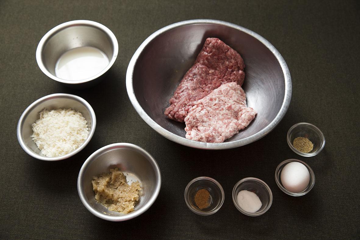 3つのポイントを押さえれば、ご家庭のハンバーグを「肉汁ジュワー」にすることができますよ。レシピは、京橋にある老舗の洋食店「レストラン サカキ」の榊原大輔シェフによるものです。簡単そうに見えて奥が深いハンバーグ。もっと美味しくつくりたい方は必読です1