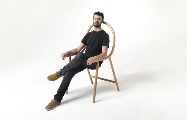 Armは、アメリカ産オーク材を曲げて作成した、座面のないフレームだけの椅子で、ニュージーランドのデザイナー、Clark Bardsleyさんによって制作されました。スツールと組み合わせれば、とたんにアームチェアに早変わりするスグレモノです4