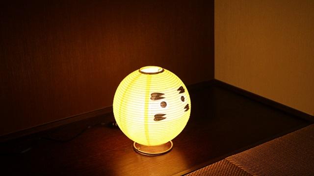 和紙の間から優しい灯りが漏れだす「テーブルランプ・だるま」は提灯の構造をしている白熱球のランプで、machi-ya新登場の「西川庄六商店」のセレクトです。「西川庄六商店」は今で言うセレクトショップ。1585年の創業以来「売り手よし、買い手よし」のビジネススタンスを現代に伝えています。3