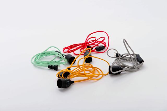 DoogdesignとHIGHTIDEが共同で制作した、本体、ケーブル、電球をコーディネートして、自分好みの照明にすることができる「pit.」はシンプルで上品な見た目なのでどんなインテリアにもフィットする一方で、ビビッドな色を組み合わせればアクセントとプラスする事もできます10
