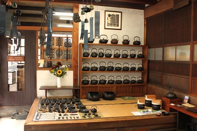 ほれぼれするような美しさの岩手県の伝統工芸品、南部鉄器のフライパンは盛岡市にある「釜定工房」という明治時代から続く老舗の鋳物屋で作られていて、ホーローや樹脂加工をしていない南部鉄器は、調理をすることで鉄分を自然にとることができます。大切に使えば孫の代まで使うことができるといわれる南部鉄器の原料は鉄と砂。役目を終えると長い時間をかけて土に帰ります。2