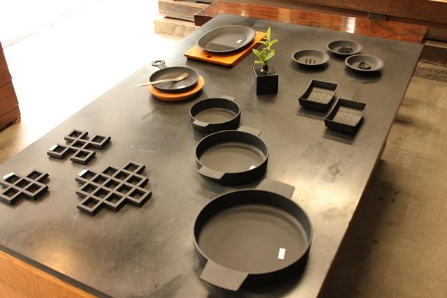 ほれぼれするような美しさの岩手県の伝統工芸品、南部鉄器のフライパンは盛岡市にある「釜定工房」という明治時代から続く老舗の鋳物屋で作られていて、ホーローや樹脂加工をしていない南部鉄器は、調理をすることで鉄分を自然にとることができます。大切に使えば孫の代まで使うことができるといわれる南部鉄器の原料は鉄と砂。役目を終えると長い時間をかけて土に帰ります。3