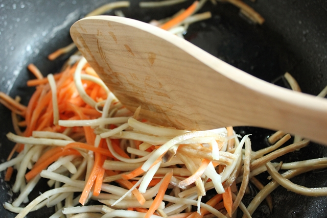 つるつるとした手触りで使いやすく、また経年劣化も楽しめるサクラ材の、シアワセを呼ぶと言われている宮島工芸製作所が作った宮島杓子に息づく日本の手仕事5