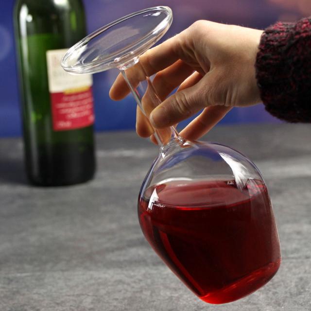 まるでワイングラスを逆さまにしたようなデカンタUpside Down Wine Glassはホームパーティーや普段の食卓に、ちょっとした驚きをもたらす、かっこよくててオシャレで便利なデカンタです3