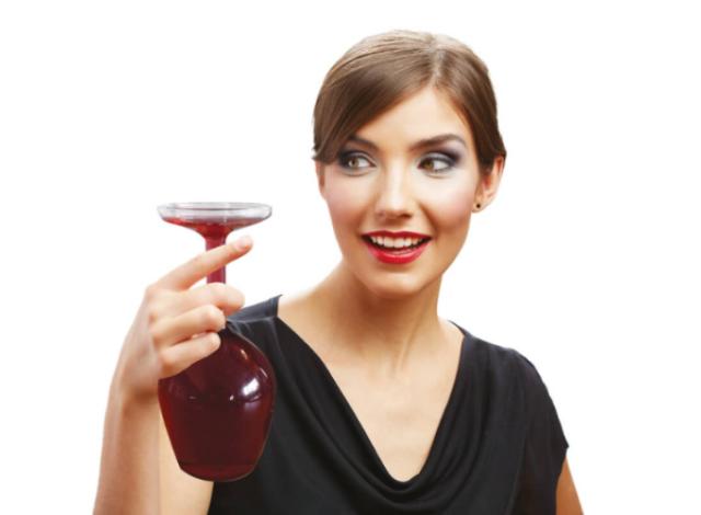 まるでワイングラスを逆さまにしたようなデカンタUpside Down Wine Glassはホームパーティーや普段の食卓に、ちょっとした驚きをもたらす、かっこよくててオシャレで便利なデカンタです4