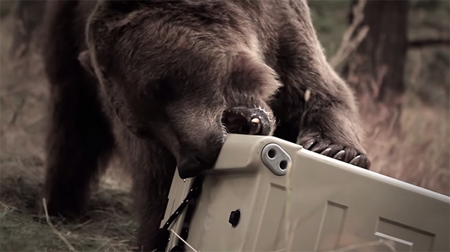 頑丈、堅牢で有名なYETIのクラーボックスは、爆破されても吹き飛ばされても、クマに襲われても大丈夫な堅牢さが売りですが、そのデザイン性も高く、インテリアにもマッチします。その頑丈さを活かして、防災グッズ入れにするのもオススメです7