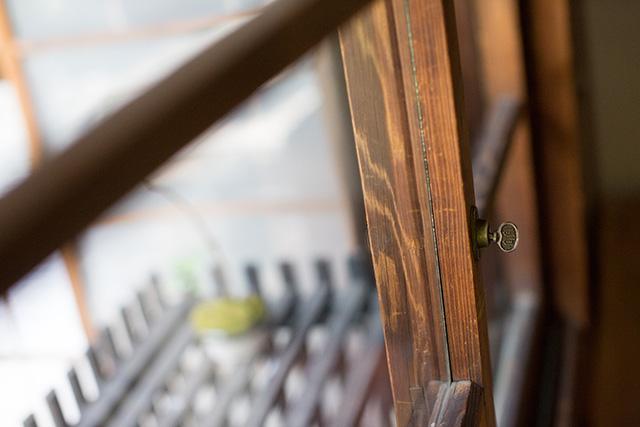 上野桜木あたりという古き良き日本の家である古民家のリノベについてkurachiffonの瀧内未来さんにインタビューのアンティークのサッシや窓