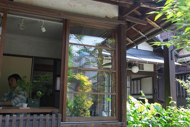 上野桜木あたりという古き良き日本の家である古民家のリノベについてkurachiffonの瀧内未来さんにインタビューのアンティークな窓周り