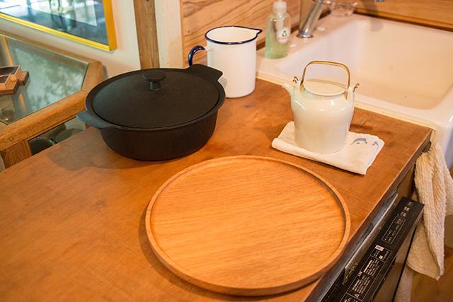 上野桜木あたりという古き良き日本の家である古民家のリノベについてkurachiffonの瀧内未来さんにインタビューの素敵なキッチンとジャスパーモリソンの鍋
