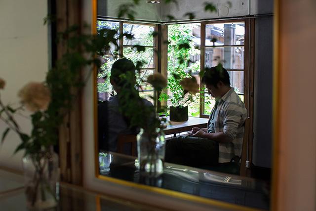 上野桜木あたりという古き良き日本の家である古民家のリノベについてkurachiffonの瀧内未来さんにインタビューの素敵な鏡