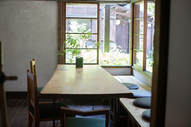 上野桜木あたりという古き良き日本の家である古民家のリノベについてkurachiffonの瀧内未来さんにインタビューの木がおしゃれなダイニングテーブル