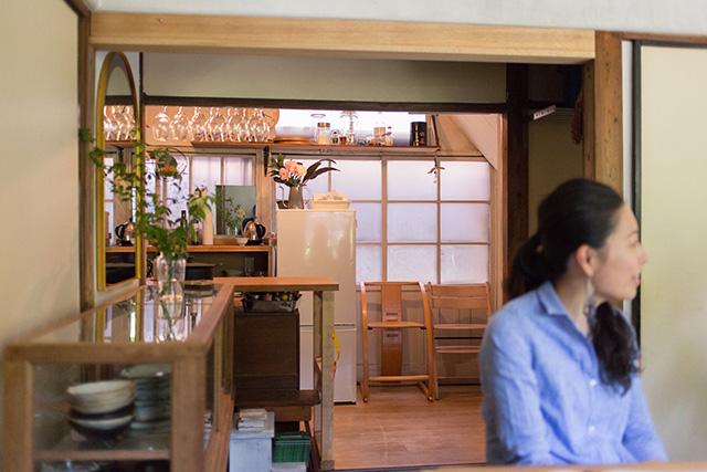 上野桜木あたりという古き良き日本の家である古民家のリノベについてkurachiffonの瀧内未来さんにインタビューの素敵なアンティークのキッチン