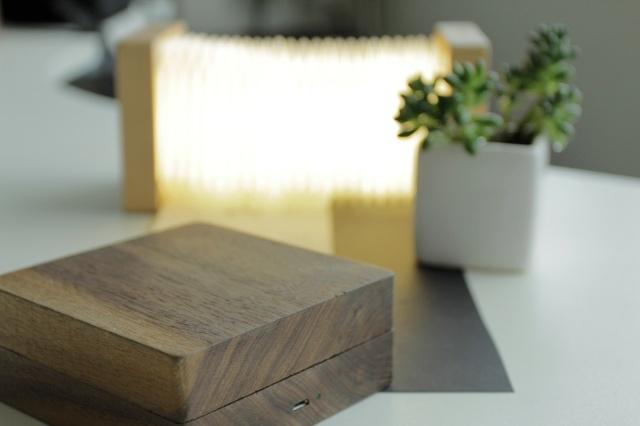 まるで日本の提灯のようなシェイプのランプ「Orilamp」の紹介、カナダ発のこのランプは、近年浸透しつつあるIoTプロダクト。スマホと連携する事で光量のリモート操作などが可能です。クラシックな見た目と最先端のポテンシャルが魅力です。1