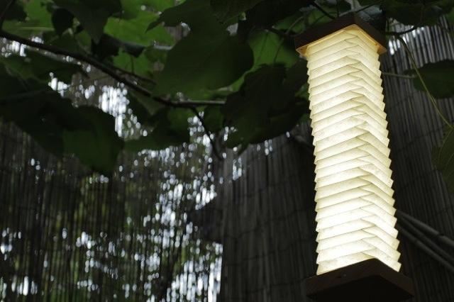 まるで日本の提灯のようなシェイプのランプ「Orilamp」の紹介、カナダ発のこのランプは、近年浸透しつつあるIoTプロダクト。スマホと連携する事で光量のリモート操作などが可能です。クラシックな見た目と最先端のポテンシャルが魅力です。3