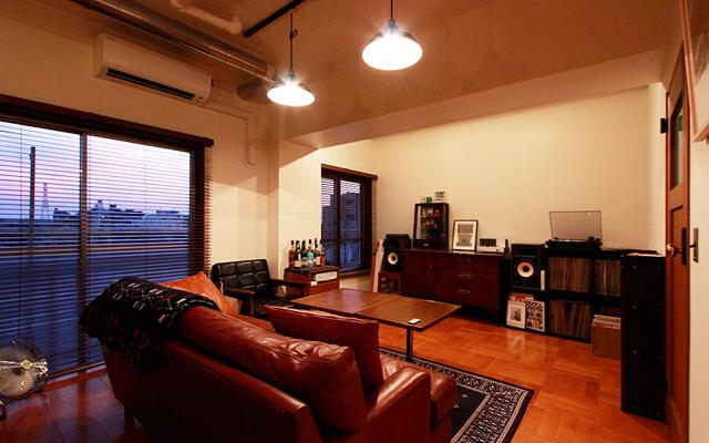 nuリノベーションの施工事例より、都内で金融関係の仕事をされているTさん宅をご紹介。中古マンションのリノベという形で、自分にぴったりの空間に住むことを選びました。Tさんらしい暮らしを実現するのは、人が集えて、料理を楽しめる空間でした。3