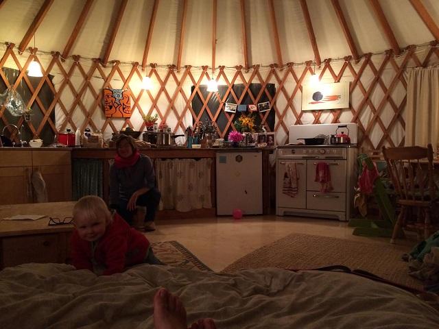 カリフォルニア州・サンタクルーズでゲルとトレーラーハウスを使ってタイニーでミニマルでエコに暮らすおしゃれな一家とかわいい赤ちゃん_2