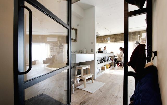 スケルトンによって自分の思い通りの広いリビング&キッチン空間を実現した杉並区のリノベーション事例「DRAFT」。無駄な動線と空間を省き、広さと自由度を重視したラフなコンセプトが生きたデザインです。2