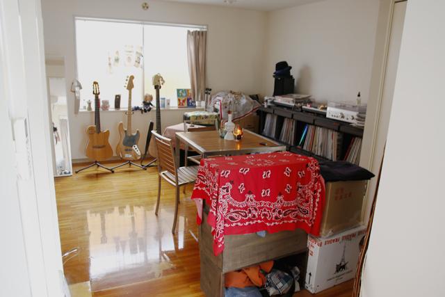 ギターとベースとワインとビンテージ服を愛する独身貴族の部屋のDJセット_2