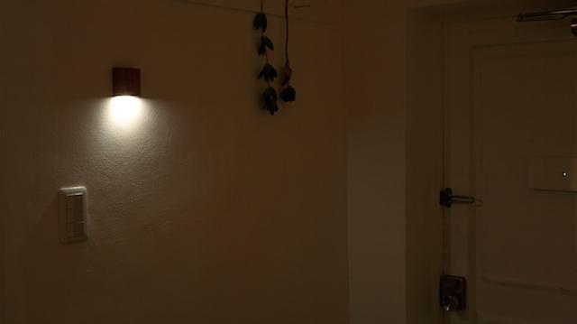 天然木の光センサー付き常夜灯「CALM」。両面テープフックを壁に貼るだけ、コンセント不要のUSBケーブル充電式なので、場所を選ばずに設置できます。停電時には非常灯としても使用できます。木目を楽しめる6.5cmのシンプルデザイン。1