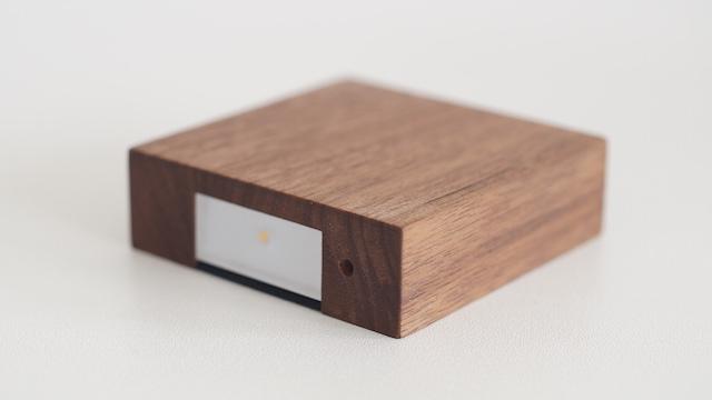天然木の光センサー付き常夜灯「CALM」。両面テープフックを壁に貼るだけ、コンセント不要のUSBケーブル充電式なので、場所を選ばずに設置できます。停電時には非常灯としても使用できます。木目を楽しめる6.5cmのシンプルデザイン。2